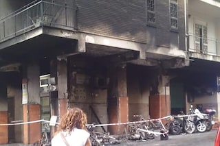 Incendio al Rione Alto, le fiamme distruggono gli scooter e danneggiano l'edificio