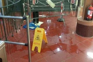 Napoli, piove nella Funicolare di Chiaia: si stacca un pezzo di intonaco