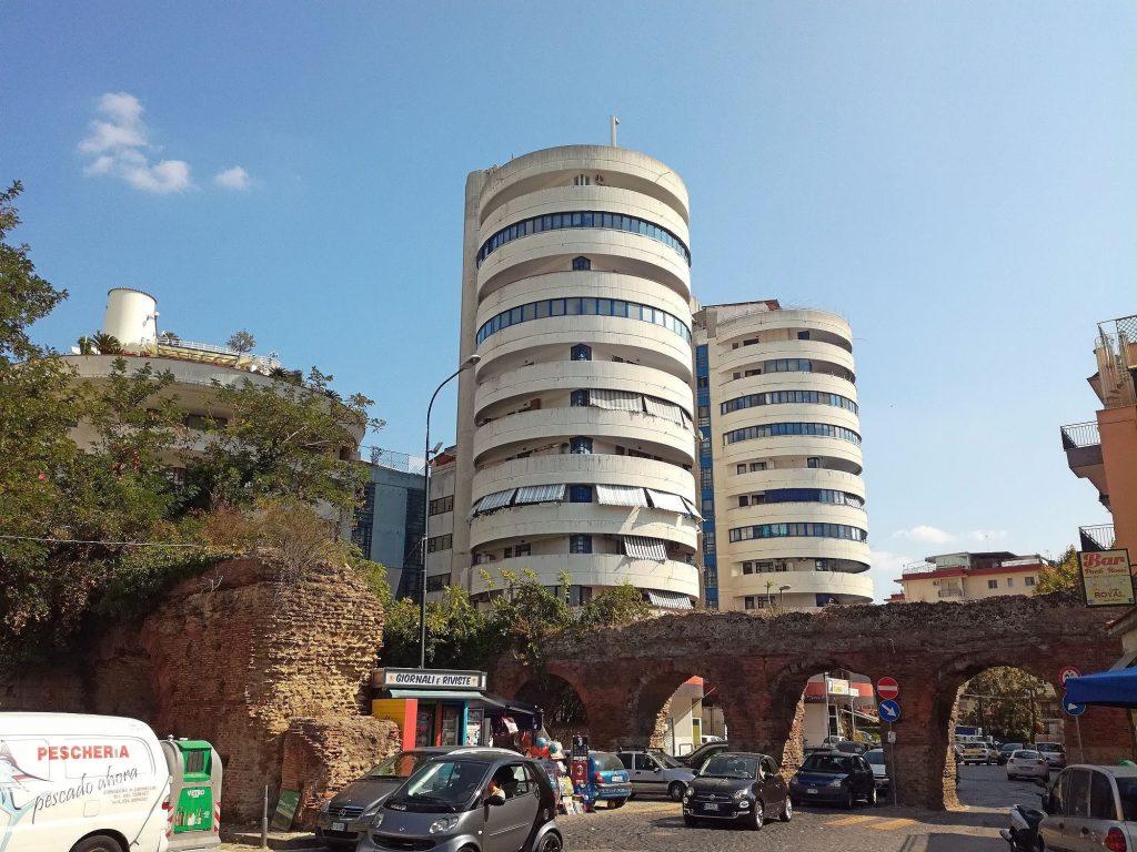 La zona dei Ponti Rossi, nome derivato dalle arcate di quello che fu l'Acquedotto augusteo del Serino. [Foto da Wikipedia]