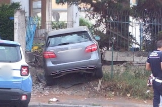 Incidente a San Giorgio a Cremano, auto finisce fuori strada e si schianta contro un muro