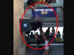 """Un tifoso intento a """"salire"""" dal settore inferiore a quello superiore durante un match di questa stagione del Calcio Napoli. Il video è stato diffuso dal consigliere regionale dei Verdi Francesco Emilio Borrelli lo scorso 15 settembre."""