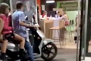 Napoli, ragazzini entrano in scooter nel McDonald's di piazza Municipio