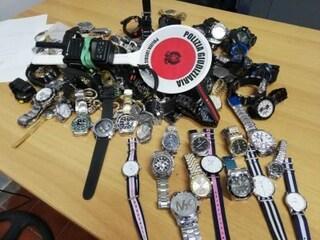 Napoli, decine di orologi falsi venduti a due passi dalla Stazione Centrale