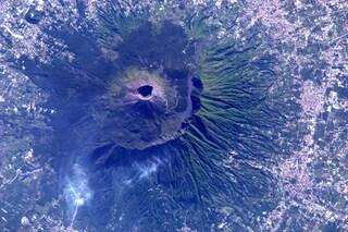 """""""Napoletani, è per voi"""", la foto del Vesuvio dallo spazio dell'astronauta Paolo Nespoli"""