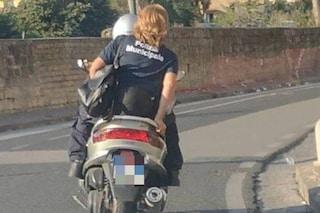 Vigilessa in scooter senza casco per le strade di Napoli