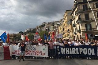 Napoli, gli operai della Whirlpool in corteo sul lungomare fino al consolato Usa