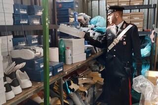 Casalnuovo, blitz nel laboratorio delle scarpe false: sequestrate 500 paia contraffatte