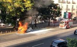 Napoli, auto in fiamme in piazza Cavour: intervengono i vigili del fuoco