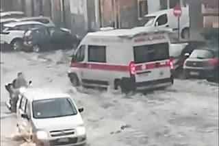 Temporale su Napoli, si allaga piazza Bagnoli, le auto bloccate nel fiume d'acqua