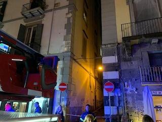 Balcone a rischio crollo per infiltrazioni alla Riviera di Chiaia: lì nel 2013 crollò un palazzo