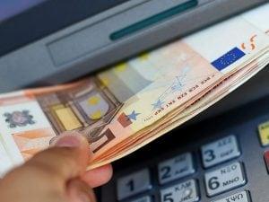 Prende i soldi dimenticati al bancomat, denunciato per furto aggravato