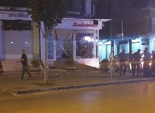 Paura nella notte a Casoria: bomba esplode all'esterno di un negozio