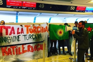 Aeroporto di Capodichino, manifestanti bloccano il check in per Turchia dopo attacco ai Curdi