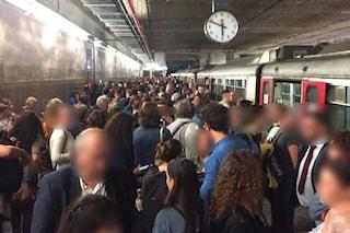 Circum, il treno si ferma e gli altoparlanti per avvisare i passeggeri non funzionano