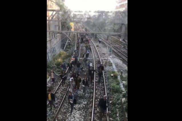I passeggeri in fuga sui binari della Circumvesuviana.