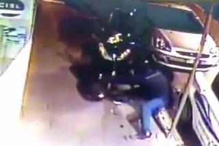 Napoli, per rubare uno scooter basta un minuto e mezzo, il video di un furto a Materdei