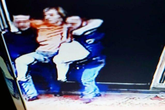 Il salvataggio della donna a Fuorigrotta durante l'incendio / foto Fanpage.it