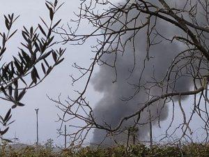 La colonna di fumo sprigionata dall'incendio di un capannone nella zona industriale di San Salvatore Telesino, nel Beneventano. [Foto / Facebook]