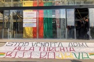 """Napoli, attivisti pro-Kurdistan occupano gli uffici della Leonardo: """"Vende armi alla Turchia"""""""