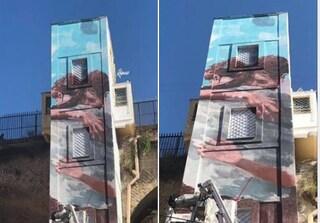 Due persone si abbracciano: il nuovo murales sull'ascensore del Rione Sanità