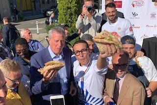 Il sindaco di New York scopre la pizza a portafoglio al New York Pizza Festival
