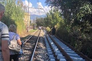 Pompei, si guasta treno della Circum: passeggeri a piedi sui binari per un chilometro