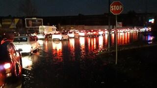 Napoli allerta meteo: piove a dirotto e si blocca tutto. Stazioni allagate
