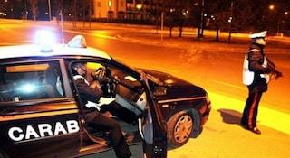 Folle inseguimento al posto di blocco, uomo rischia di investire due bimbi e i carabinieri