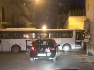 Strada bloccata da autobus ad Afragola (Foto di Sei di Afragola se…)