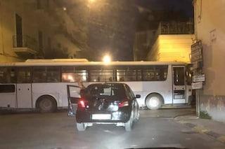 Afragola, tentata rapina all'alba nell'UniCredit Banca: ladri bloccano le strade con gli autobus