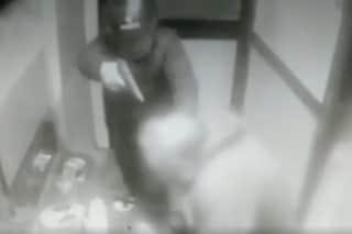 Rapinati e pestati a sangue con la pistola: il video della violenta rapina a Ponticelli