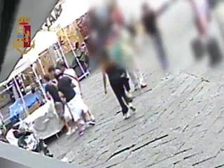Napoli, pochi secondi per rubare l'orologio di lusso al turista: il video incastra i ladri
