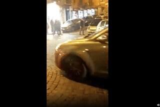 """Chiaia, rissa tra parcheggiatori abusivi a via dei Mille per il """"controllo"""" dei posti auto"""