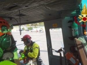 I vigili del fuoco impegnati nel salvataggio dei due escursionisti.