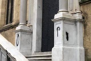 Napoli, vandalizzato il monastero di Santa Chiara: nuove scritte sulla facciata