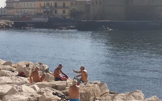 Napoli, è ottobre ma sembra estate: 26 gradi e afa, la gente va ancora a mare