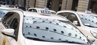 Napoli, ragazzina disabile perde il regalo di Natale sul taxi: l'autista glielo ricompra