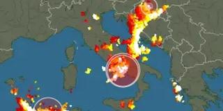 Temporale su Napoli, in pochi minuti centinaia di fulmini