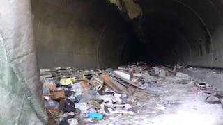 Una discarica nel tunnel della metro: scoperta bomba ecologica tra Arzano e Secondigliano