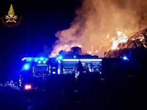 I vigili del fuoco a lavoro per spegnare l'incendio a San Pietro al Tanagro. [Foto @Vigili del Fuoco]