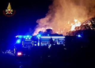 A fuoco un fienile a San Pietro al Tanagro, ipotesi incendio doloso
