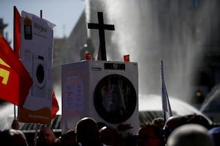 Whirlpool Napoli, operai in corteo a Roma mettono in scena il funerale della lavatrice