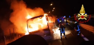 Bus pieno di fedeli in fiamme sull'A16 Napoli-Canosa: tornavano dal santuario di Padre Pio