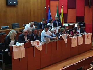 Comune, maggioranza flop: salta la seduta, le opposizioni sfiduciano De Magistris