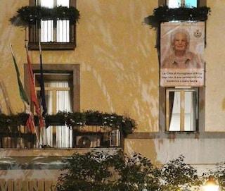 """Pomigliano, il sindaco di centrodestra espone l'immagine di Liliana Segre: """"No al razzismo"""""""