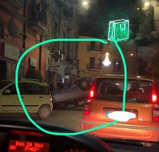 Incidente ad Acerra, auto colpisce lo spartitraffico e si ribalta
