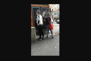 Napoli, due ragazzi senza biglietto prendono a calci un autobus dell'Anm
