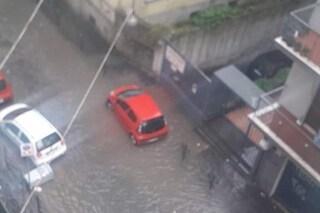 Bomba d'acqua a Napoli, macchine sommerse e strade allagate al Vomero e al Rione Sanità