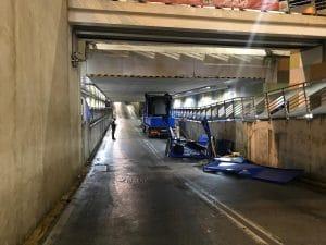 Il camion rimasto incastrato nel tunnel a Battipaglia. [Foto/Protezione Civile Battipaglia]