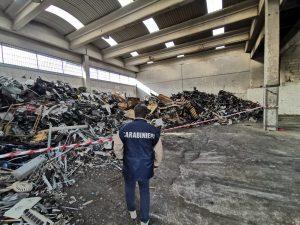I rifiuti stoccati illegalmente nel capannone a Casavatore (Napoli) e scoperti dai carabinieri.